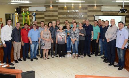 Familiares do homenageado acompanharam a sessão, em que foi votada denominação da estrada de Aterrados.